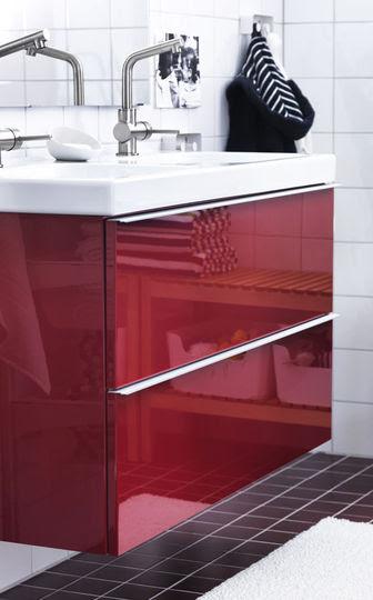 Un meuble de salle de bains qui voit rouge