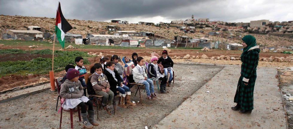 Clase al aire libre en el poblado beduino de Abu Anwar, junto a Jerusalén