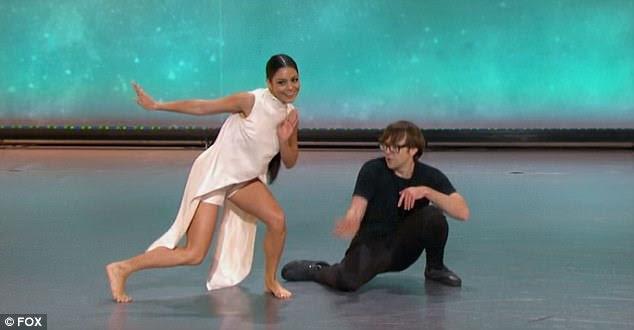 Movimentos bonitos: a beleza morena puxou alguns movimentos de dança improvisados bonitos