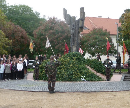 Koszorúzás a Corpus Hungaricum szobornál