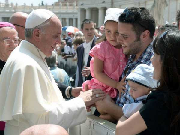 Papa saúda famílias na Praça São Pedro - Foto: Arquivo - L'Osservatore Romano