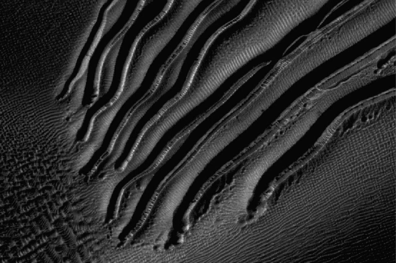 Esta imagen del Experimento Científico de Imágenes en Alta Resolución, HiRISE muestra unos barrancos que podrían ser la prueba de que alguna vez hubo agua en Marte. (EFE/Nasa)