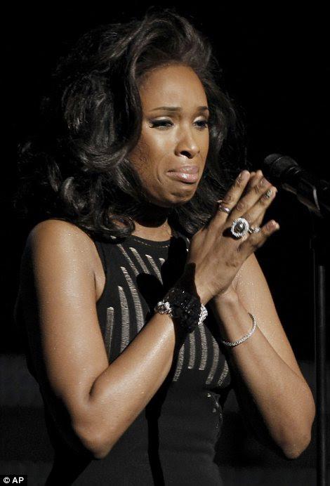 Emocional: Jennifer Hudson se desmanchou em lágrimas quando ela realizada I Will Always Love You como uma homenagem a Whitney Houston
