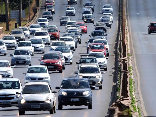 Veículos trafegam com farol baixo desligado durante o dia em via do Distrito Federal (Foto: Gabriel Jabur/Agência Brasília)