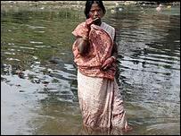 Mujer india en un río