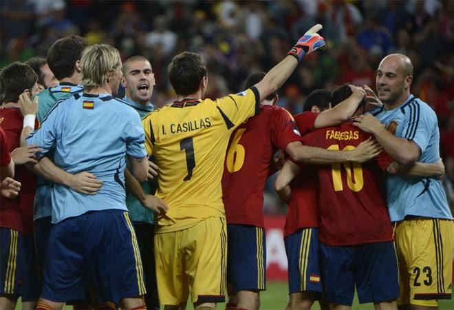 La Roja celebró como se merece el pase a la final. Los nuestros también lo hicieron con los aficionados que estuvieron en el Donbass Arena.