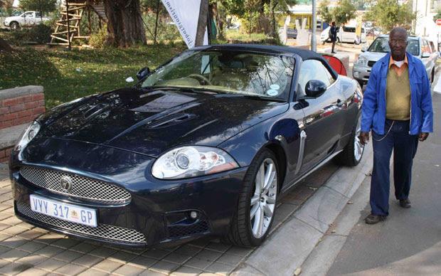 Jaguar estacionado em uma calçada em Soweto