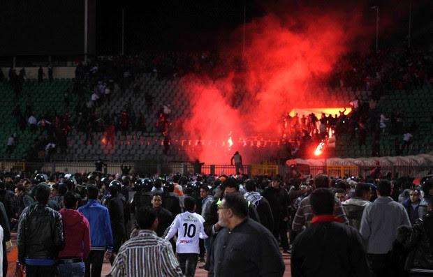 Torcedores invadem campo em estádio de Port Said após a partida entre os clubes  Al-Ahly e Al-Masry  (Foto: AP)