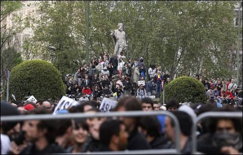 Decenas de manifestantes sobre la fuente de Neptuno durante la protesta contra las principales instituciones del Estado, que ha sido convocada esta tarde junto a la Cámara Baja con el lema 'Asedia el Congreso'. EFE/JuanJo Martín