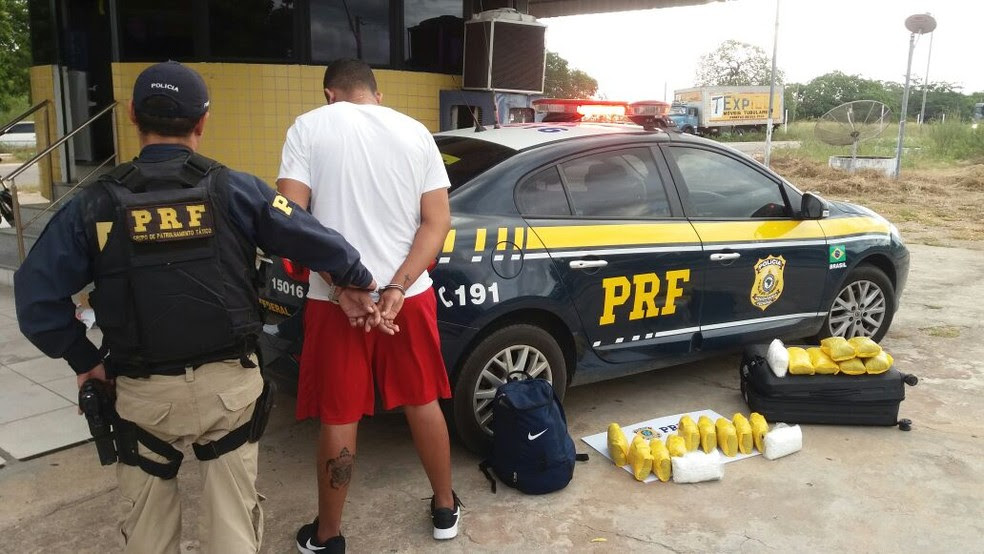 Suspeito disse que ganharia R$ 2 mil pelo transporte e entregaria a um desconhecido em Fortaleza (Foto: PRF/ Divulgação)