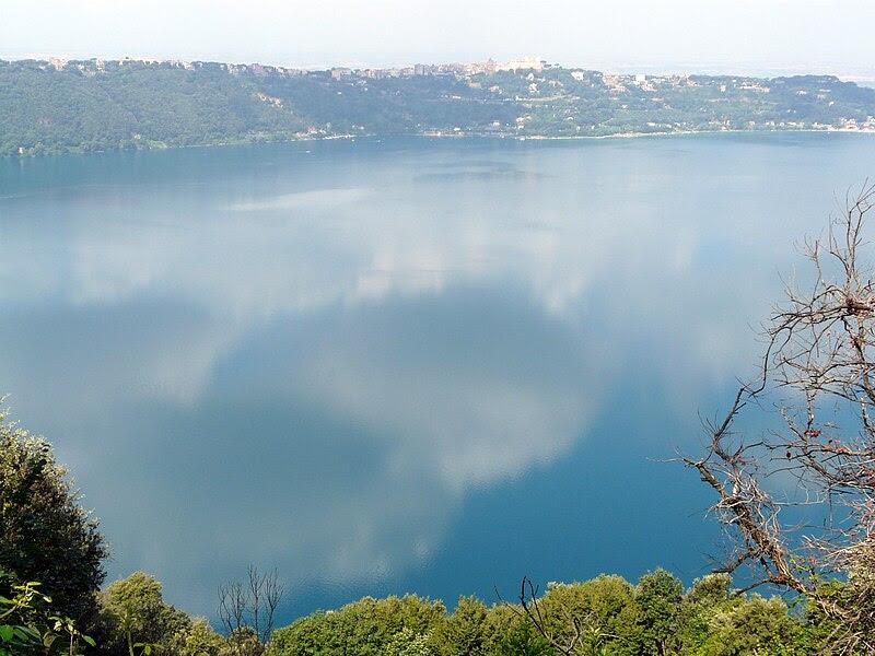 Archivo: Castel Gandolfo e lago Albano 2 - panorama.jpg