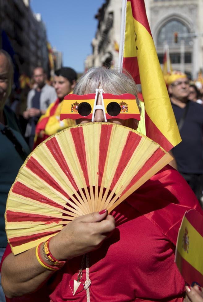 GRA104 BARCELONA (Cataluña) 8/10/2017.-Participante en la manifestación convocada por Societat Civil Catalana hoy en Barcelona en defensa de la unidad de España bajo el lema '¡Basta! Recuperemos la sensatez' y en la han participado miles de personas.EFE/Marta Pérez