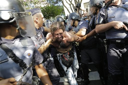 Manifestante é detido pela polícia ao tentar bloquear o principal acesso ao Itaquerão contra os gastos empregados na Copa 2014