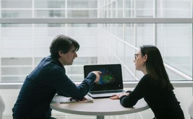 <p>Los investigadores han analizado simultáneamente la compleja actividad neuronal de dos personas desconocidas que entablan una conversación por primera vez./ BCBL</p>