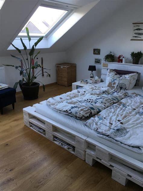 schoenes doppelbett aus weissgestrichenen paletten diy