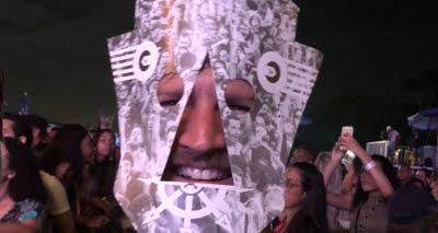 De máscara, Saulo assiste show de Baiana System no Festival Combina MPB