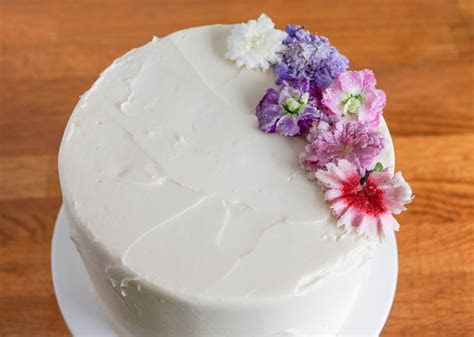 How to Use Fresh Flowers in Cake Decorating