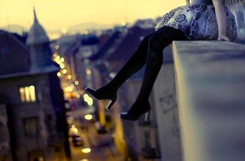 Seorang Wanita di atas atap