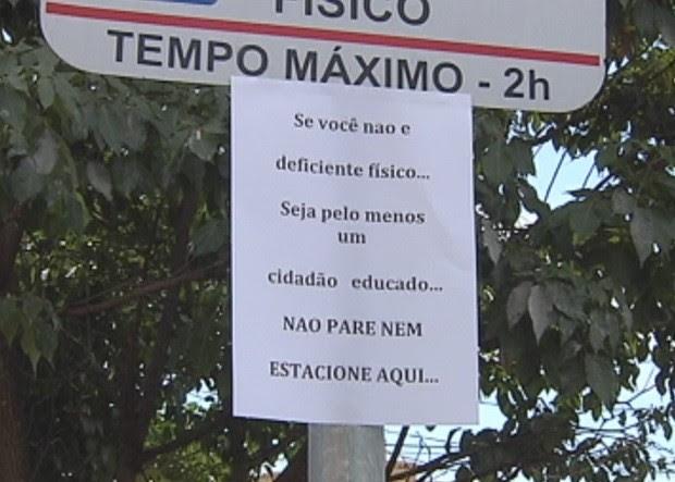 Rio-pretense colou cartaz em placa na frente de sua casa (Foto: Reprodução / TV TEM)