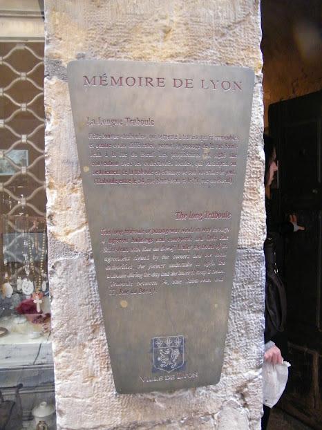 Placa que conta a história do traboule