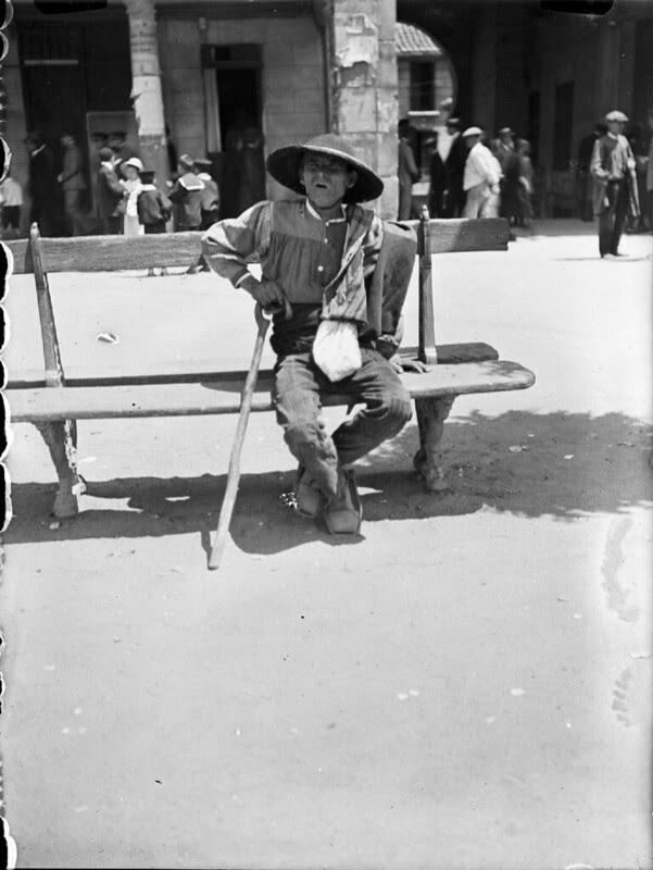 Anciano en Zocodover en los años 20. Fotografía de Otto Wünderlich. © Fototeca del Patrimonio Histórico