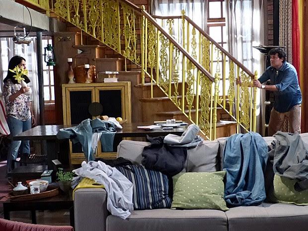 Quando Marcelo chega em casa, Delma arremessa coisas na sua direção (Foto: Malhação / Gshow)