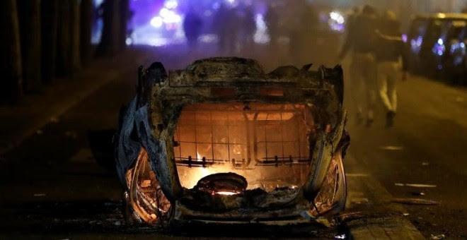 Un coche quemado en Bobigny, distro del noreste de París. - AFP