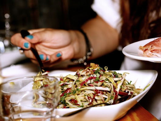 9 Tips On Sticking To Healthy Food & Drinks When You're Eating Out