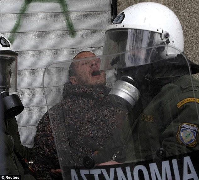 Πάνω σε αυτό: Ένας διαδηλωτής κρατείται ως ΜΑΤ καταστείλουν τις διαδηλωτές