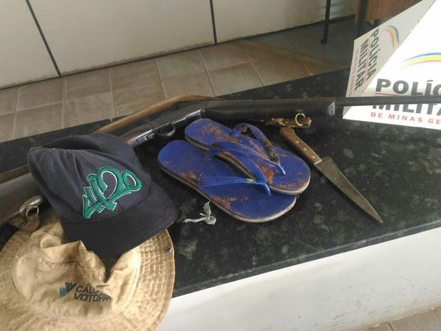 Material apreendido na fazenda; espingarda teria sido usada no crime (Foto: Polícia Militar/Divulgação)