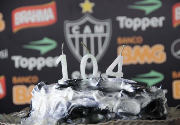 Atlético completa 104 anos no domingo. Nesta sexta-feira, um bolo na Cidade do Galo marcou a data com os jornalistas presentes - Jorge Gontijo/EM/D.A Press