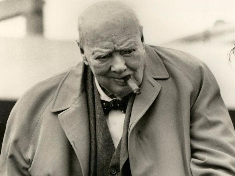 """Aquascutum fue fundada en 1851. oficiales del ejército británico llevaba sus gabardinas grises repelente al agua durante la guerra de Crimea para ayudar a soportar la lluvia y el barro de las trincheras rusas (el nombre de la marca se deriva de las palabras latinas """"aqua"""", que significa agua y """" escudo """", que se traduce como escudo.) Y, unas décadas más tarde, aquí está el ex primer ministro Sir Winston Churchill llevaba uno de sus gabardinas clásicas."""