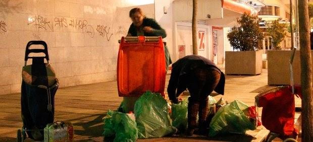 España: Gente de clase media ya rebusca comida en la basura de los súper