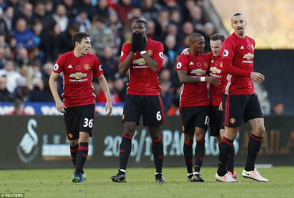 Pogba besa sus guantes mientras celebra su impresionante gol contra el que luchan lado de Bob Bradley Swansea