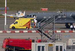 Medical staff in protective clothing transport a patient infected with the Ebola virus from a plane to an ambulance at Hamburg airport, northern Germany, on August 27, 2014 (AFP Photo/Axel Heimken)