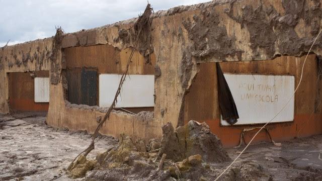 O que sobrou da Escola Municipal Bento Rodrigues, após rompimento de barragem da mineradora Samarco
