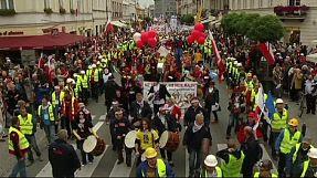 Decine di migliaia di persone a Varsavia contro la politica economica del governo