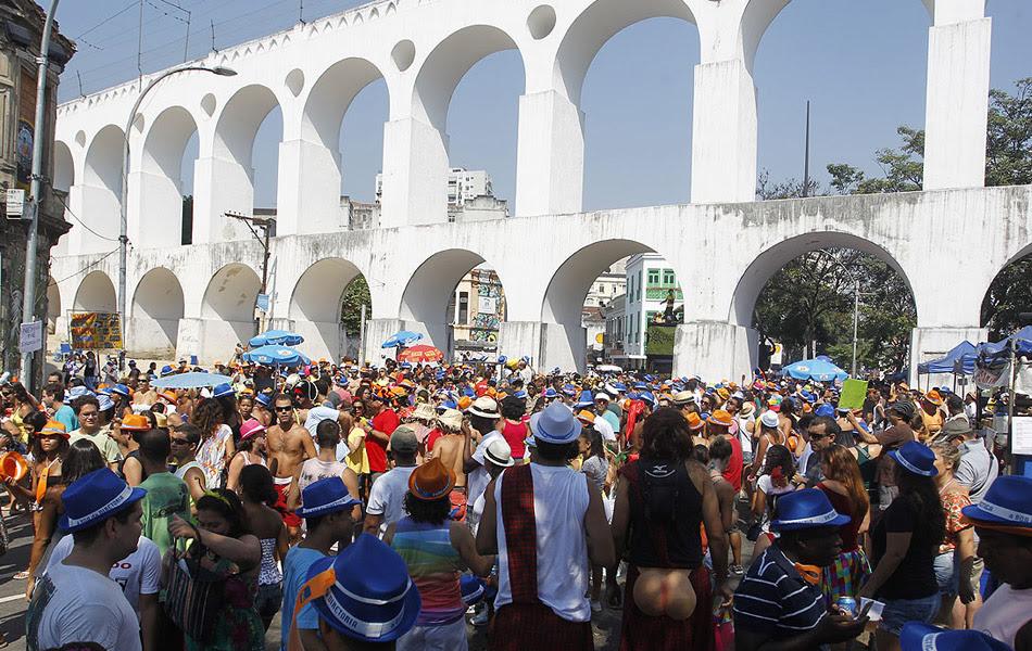 Bloco Quizomba levou foliões à Lapa, no Rio, neste sábado (25)