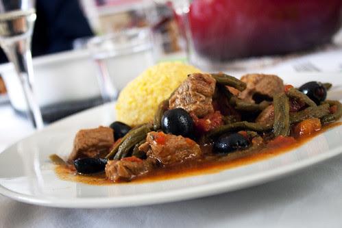 Lamm-Ragout mit Oliven und Dörrbohnen an Tomatensauce mit Polenta