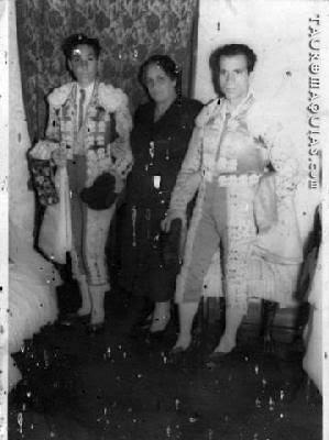 Toreros peruanos Angelillo y Chatillo Solimano Sardi con su madre