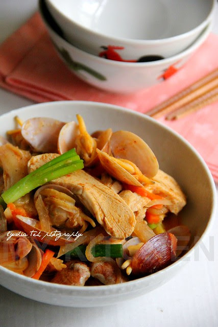 Stir-fried Kimchi with freezer dried tofu and clams