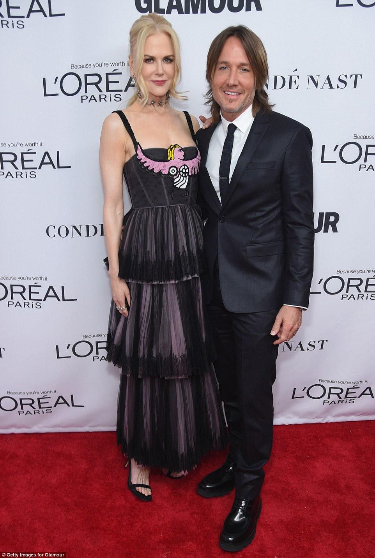 Encontro a noite!  Nicole Kidman cortou uma figura nervosa em seu vestido rosa e preto de várias camadas quando ela participou do evento ao lado de seu marido, Keith Urban