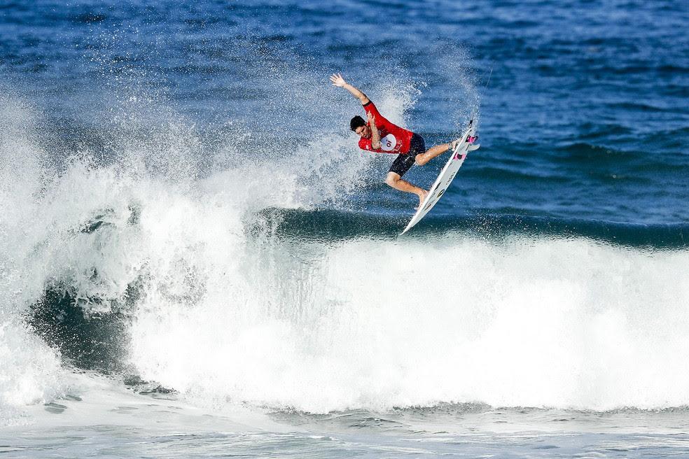 Gabriel Medina dá seu aéreo em Saquarema (Foto: © WSL / Poullenot)