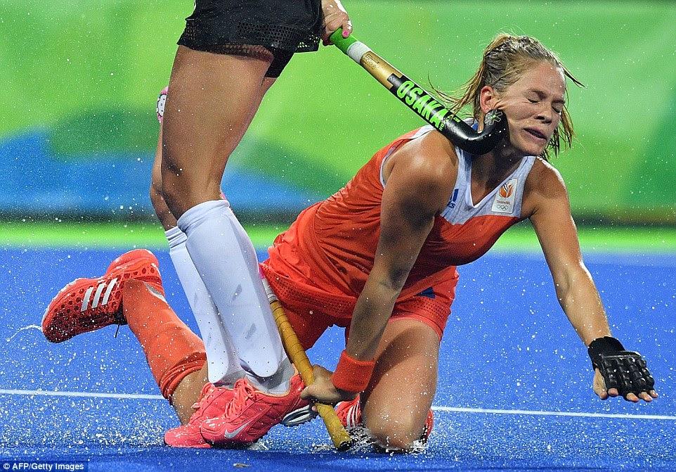 da Holanda Kitty van Masculino leva uma vara para o rosto contra a Argentina - sua equipe iria perder a final nos pênaltis para a equipe GB