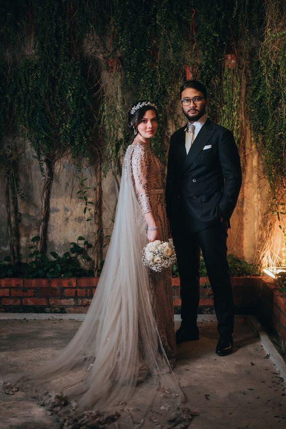 blush Perlen Hochzeit Kleid mit einem passenden Tüll-cape mit Spitzen-Applikationen für einen einzigartigen look