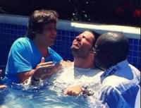 Marcus Menna, vocalista do LS Jack, desce às águas em cerimônia de batismo celebrada por Kleber Lucas