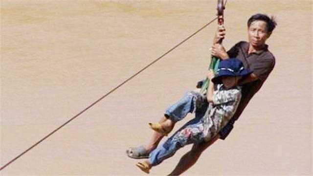 Image result for Chui vào túi nilon và nhờ người biết bơi kéo qua suối