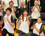 レスリングの五輪競技存続が決まり、喜ぶ(左から)米満達弘選手、吉田沙保里選手、伊調馨選手ら(9日未明、東京都北区)