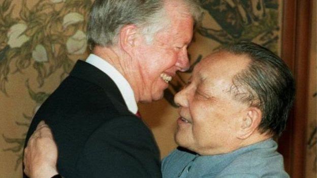 Ông Jimmy Carter, trong ảnh chụp với ông Đặng Tiểu Bình năm 1987, chính thức hóa quan hệ Mỹ với Bắc Kinh