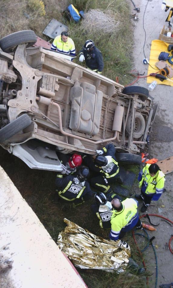Al parecer, la furgoneta, en la que viajaban jornaleros, se ha salido de la vía y ha caído por el puente